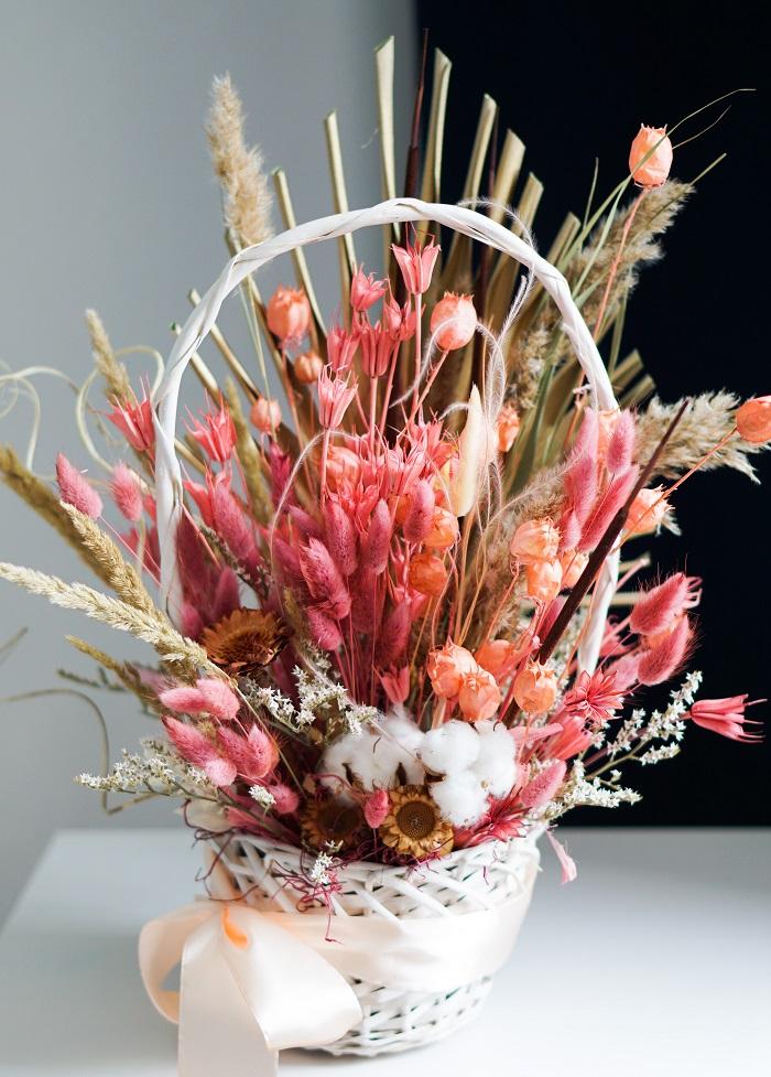cos cadou cu flori roz