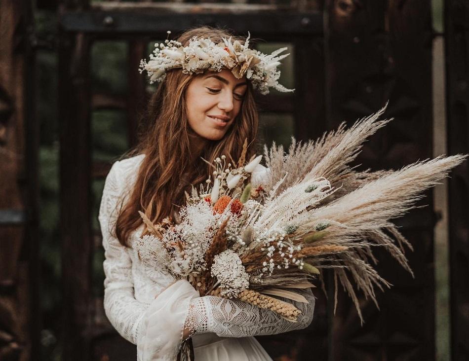 buchet de mireasa boho cu pampas si flori uscate natur si protea