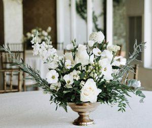 aranjament de nunta cu flori albe si vas auriu
