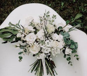 buchet de mireasa cu flori albe de sezon