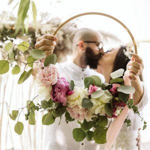 buchet de mireasa cu flori de sezon pe inel de lemn boem